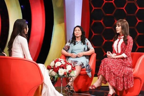 Ca sĩ Lâm Khánh Chi và mẹ chồng xuất hiện trong chương trình Mẹ chồng nàng dâu.