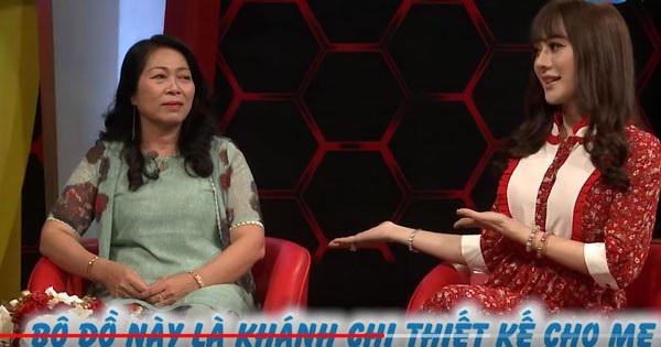 Mối quan hệ giữa mẹ chồng và nàng dâu Khánh Chi rất thiên thiết. Nữ ca sĩ chuyển giới khoe, bộ đồ mẹ chồng mặc do cô thiết kế. (Ảnh cắt từ clip)