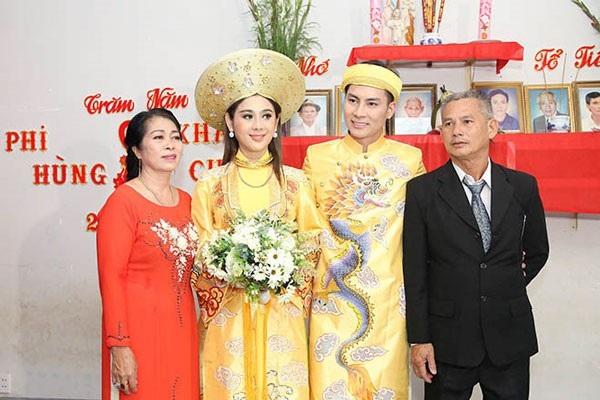 Vợ chồng Lâm Khánh Chi- Ken và bố mẹ chồng trong ngày trọng đại.