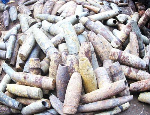 Những quả bom, đầu đạn được cưa cắt tháo kíp nổ chất đống cao là cảnh tượng phổ biến ở Diễn Hồng cách đây hơn chục năm.