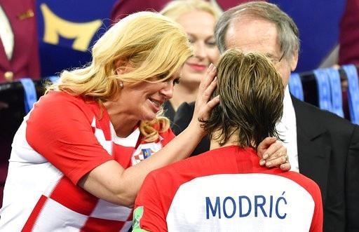 Bà Grabar-Kitarovic đã không ngần ngại lau nước mắt cho Modric...