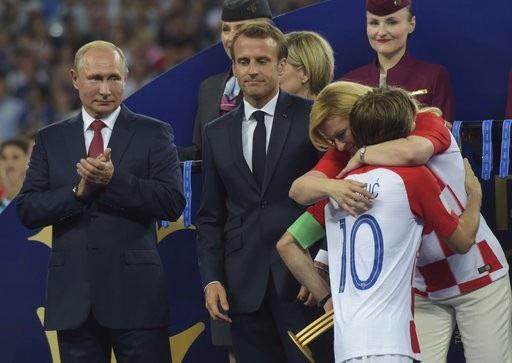 ....và ôm thật chặt tiền vệ số 10 của Croatia, động viên anh vững tâm