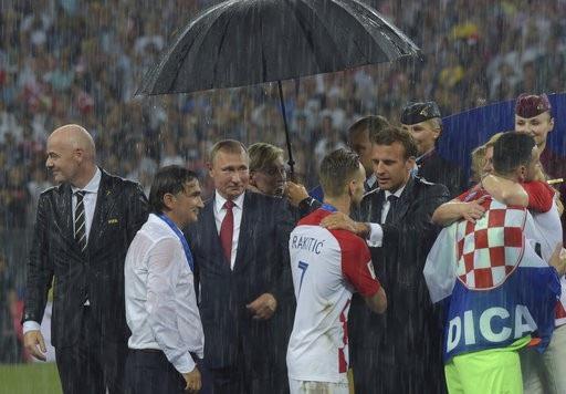 Bằng sự chân thành, không xa cách, bà Grabar-Kitarovic đã mang tới sự ấm áp, chia sẻ và động viên lớn cho đội tuyển Croatia