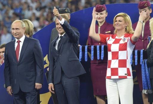 Không cầu kỳ với những trang phục nghi lễ trang trọng, Tổng thống Croatia tới với bục trao giải của World Cup 2018 với trang phục rất giản đơn, như một người hâm mộ Croatia thực thụ. Trên thực tế bà Grabar-Kitarovic cũng luôn ủng hộ đội tuyển quốc gia mỗi lần họ thi đấu ở châu lục hay quốc tế
