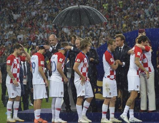 Bà Grabar-Kitarovic đã ôm tất cả các cầu thủ Croatia như động viên họ bước qua thời khắc khó khăn