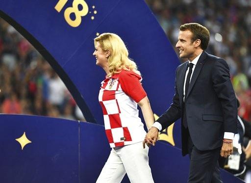 Bà Grabar-Kitarovic nắm tay Thổng thống Pháp xuống khu vực trao giải. Bất chấp việc đội nhà vừa thua, bà Grabar-Kitarovic cũng không hề tỏ ra buồn chán, thất vọng hay đố kỵ dù bản thân bà là một fan trung thành của đội tuyển Croatia