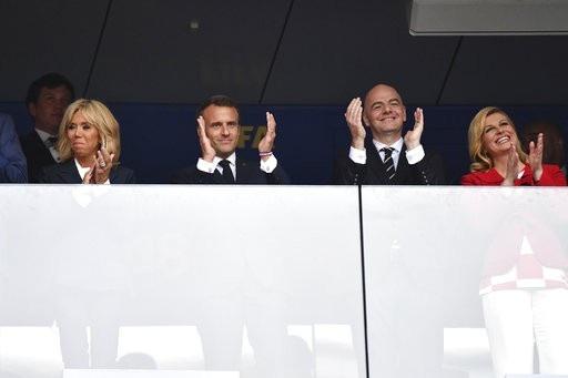Tổng thống Croatia (phải) vẫn tươi sau trận chung kết. Dù Croatia thất bại, nhưng bà Grabar-Kitarovic vẫn nén nỗi buồn riêng để tươi cười chúc mừng tuyển Pháp