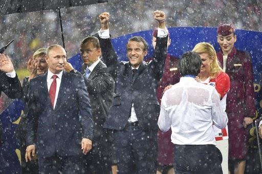 Bà Grabar-Kitarovic trao đổi với huấn luyện viên Dalic. Vẫn nụ cười trên môi để xốc lại tinh thần cho tập thể đội tuyển Croatia