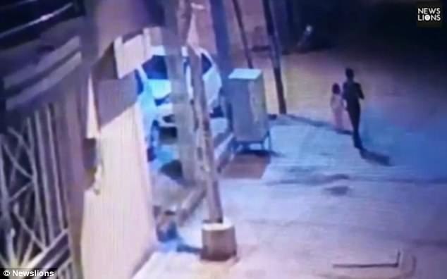 Khoảnh khắc nghi phạm dẫn theo bé gái bị camera giám sát ghi lại được