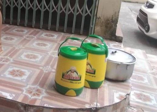 Các thùng giữ nhiệt để đựng canh, thức ăn nóng.