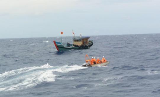 Lực lượng cứu hộ thuộc Trung tâm Phối hợp tìm kiếm cứu nạn hàng hải khu vực II TP Đà Nẵng (Danang MRCC) liên tiếp ứng cứu thuyền viên gặp nạn trong hai ngày 14 và 15/7 ( ảnh: Danang MRCC)