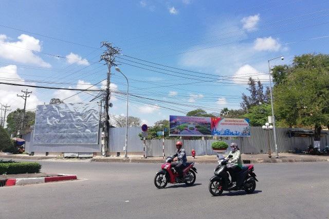 Dự án của Tập đoàn Nguyễn Kim (bên trong hàng rào) được xem là nằm trên khu đất vàng ở trung tâm TP.Bạc Liêu (tỉnh Bạc Liêu).
