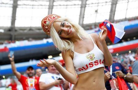 """Còn đây là Natalya Nemchinova, nữ cổ động viên xinh đẹp nước chủ nhà đã trở thành tâm điểm trên khán đài suốt mùa World Cup và thậm chí còn được ca ngợi là """"nữ thần nhan sắc"""" trong cộng đồng fans bóng đá"""