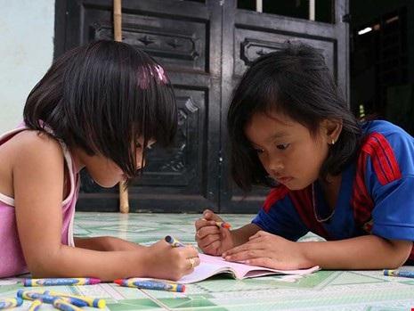 Lan Anh (trái) cùng Ngọc Yến chơi với nhau tại nhà mẹ Liên