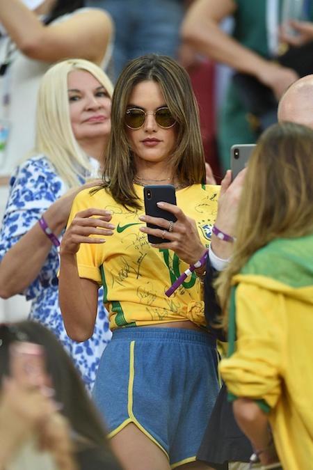 """Cựu thiên thần nội y Alessandra Ambrosio cũng là một fan """"cứng"""" của World Cup và rất nhiều người sẽ cảm thấy ghen tị với chiếc áo có đầy chữ ký của các cầu thủ Brazil"""