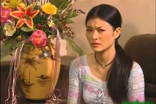 """Sau """"Sóng ở đáy sông"""", Kim Oanh đóng bộ phim """"Những ngọn nến trong đêm với vai Tuyết xảo quyệt luôn tìm cách phá hoại hạnh phúc của nhân vật Trúc."""