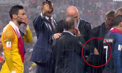 Người phụ nữ bị nghi lấy trộm huy chương vàng World Cup