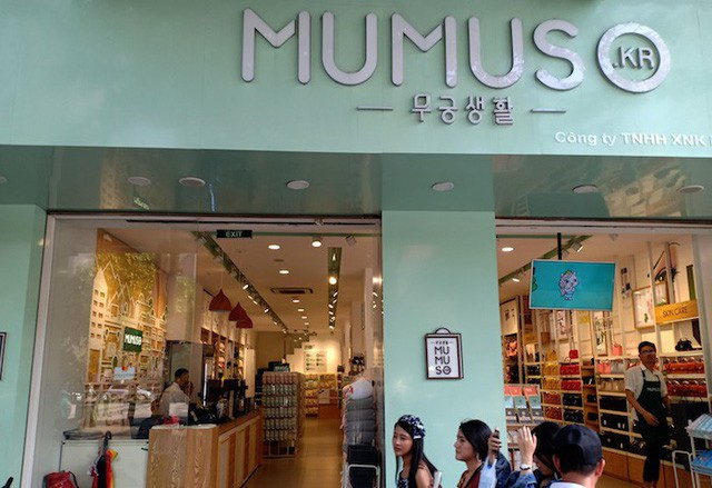 Dù được biết đến là thương hiệu Hàn Quốc nhưng có tới 99,3% loại hàng hóa tại Mumuso Việt Nam được nhập khẩu từ Trung Quốc.