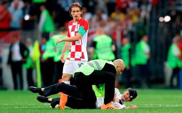 Nhóm nhạc Nga lao vào sân khiến trận chung kết World Cup 2018 bị gián đoạn