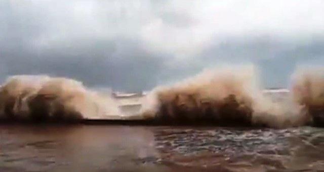 Sóng biển ập vào đường đê Quất Lâm