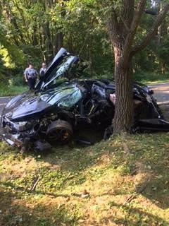Chiếc siêu xe McLaren 720S bị hư hại hoàn toàn sau khi đâm vào cây