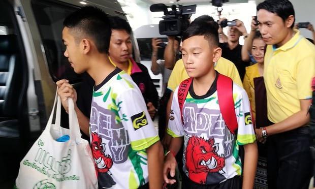 Đội bóng nhí Thái Lan xuất viện để tới nơi tổ chức họp báo (Ảnh: EPA)