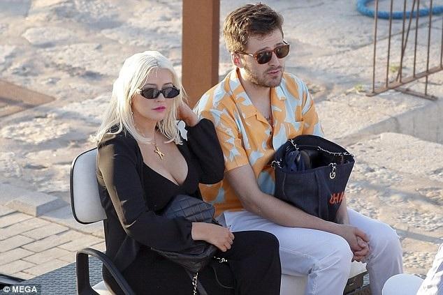 Christina Aguilera đang cùng bạn bè đi nghỉ mát ở Ibiza, Tây Ban Nha
