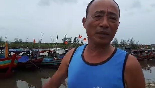 Ngư dân Hoàng Văn Khánh chia sẻ về việc tránh bão cho tàu thuyền.
