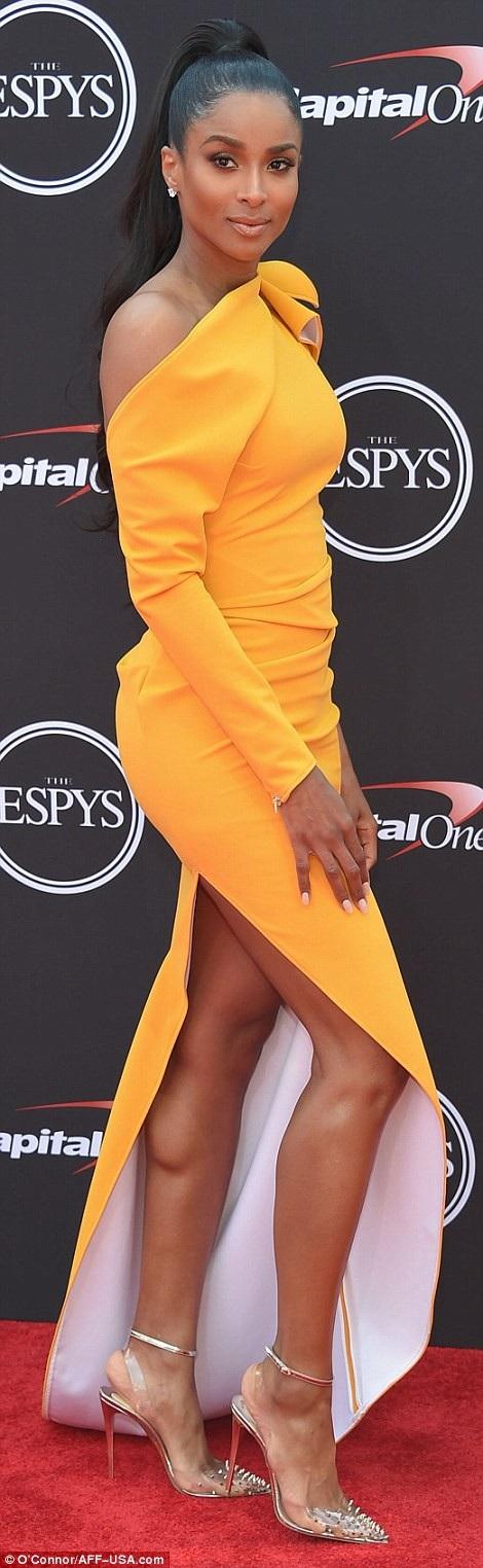 Ciara nổi bật trong bộ váy vàng tinh tế và sandal Christian Louboutin