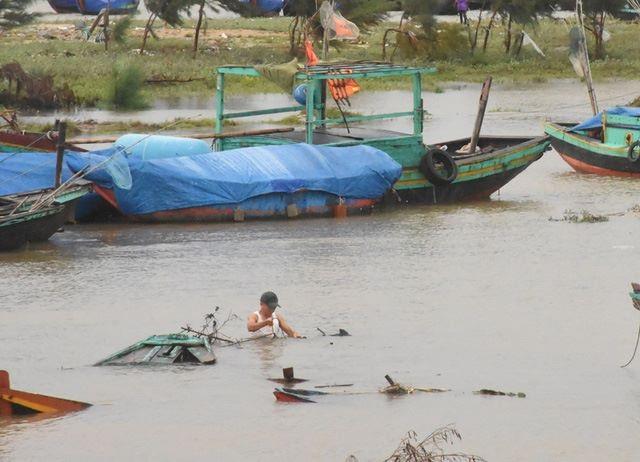 Hình ảnh ngư dân vùng biển Thiên Cầm (Hà Tĩnh) chủ động nhấn chìm thuyền trong mùa mưa bão năm 2017.