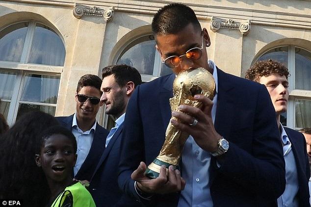Areola bên chiếc cúp vô địch World Cup 2018 khi trở về nước