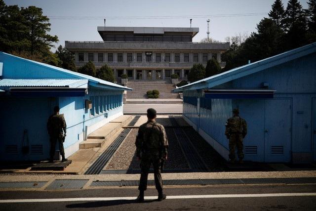 Binh lính Hàn Quốc canh giữ tại ranh giới Bàn Môn Điếm thuộc khu vực biên giới liên Triều. (Ảnh minh họa: Reuters)