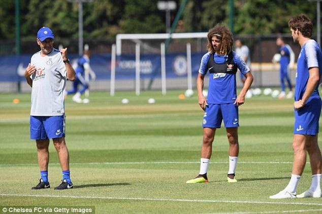 Do hàng loạt các trụ cột của Chelsea tham dự World Cup, nên nhiều cầu thủ trẻ đã được đôn lên đội hình chính để đi du đấu. Ethan Ampadu (giữa) đứng nghe chỉ đạo của Sarri