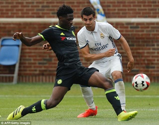 Ola Aina (trái) cũng là một tài năng trẻ được Chelsea giới thiệu từ hai năm trước