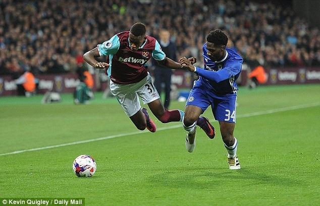 Ola Aina thi đấu trong màu áo Chelsea ở League Cup mùa giải trước
