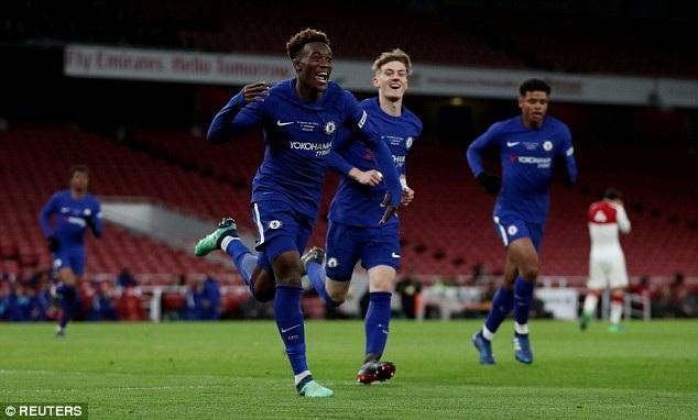 Callum Hudson-Odoi ăn mừng ở trận chung kết Youth Cup với Arsenal, anh ghi tới bốn bàn