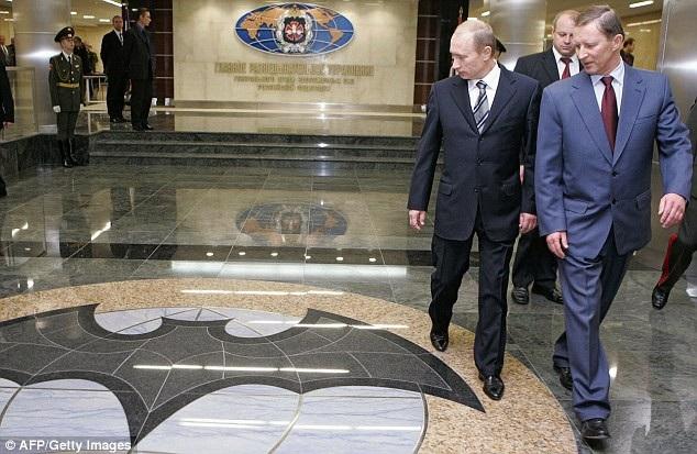 Tổng thống Putin nhìn vào biểu tượng của GRU (Ảnh: AFP)