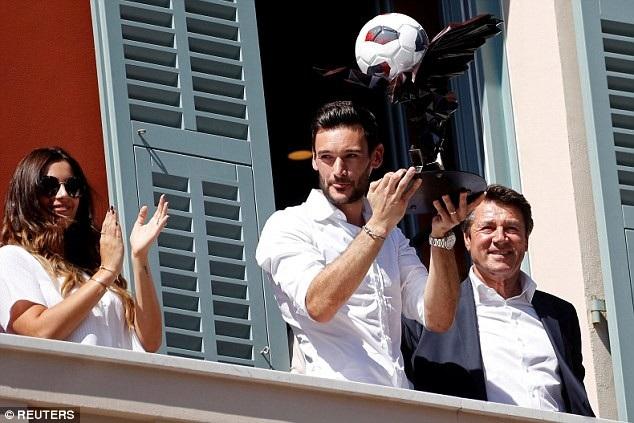 Hàng nghìn CĐV đổ ra đường chào đón đội trưởng đội tuyển Pháp - 1