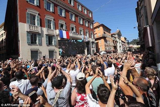 Hàng nghìn CĐV đổ ra đường chào đón đội trưởng đội tuyển Pháp - 5