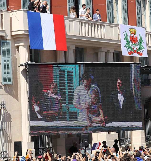 Hàng nghìn CĐV đổ ra đường chào đón đội trưởng đội tuyển Pháp - 6