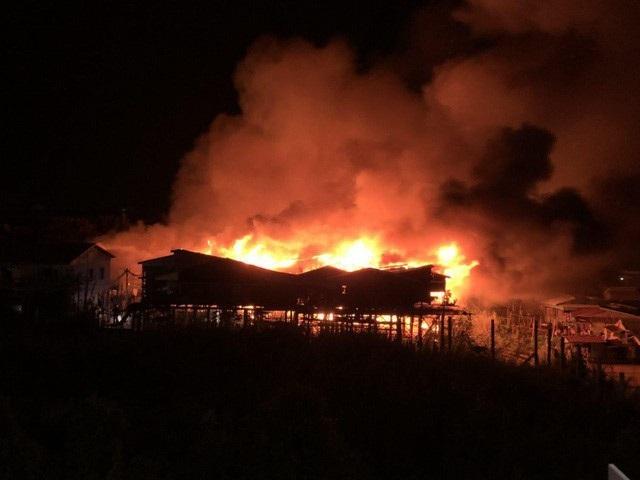 Đám cháy lớn bao trùm hàng chục ngôi nhà của bà con người Việt tại Campuchia (Ảnh: Freshnews)