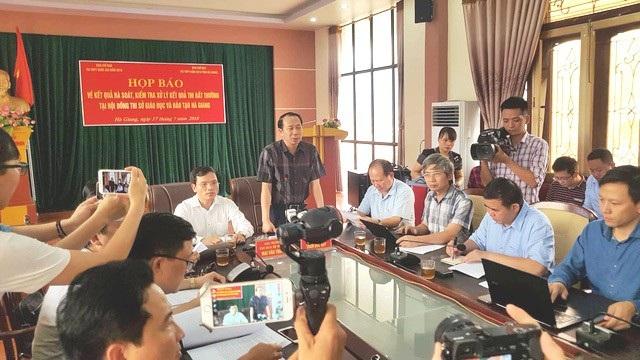Quang cảnh buổi họp báo về điểm thi cao bất thường ở Hà Giang, chiều 17/7. (Ảnh: Báo Dân trí)