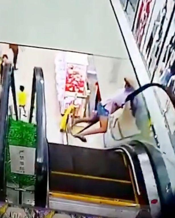 Cô bé bị mắc kẹt đầu vào thang cuốn vì không chú ý đường đi