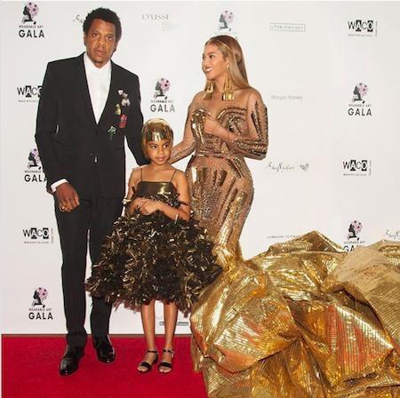 """Luôn tâm niệm """"một người không quan tâm tới gia đình mình thì sẽ không thể nào trở nên giàu có"""", Beyoncé luôn luôn đặt con cái lên hàng đầu. Cả Queen Bey lẫn ông xã Jay Z đều hiểu rằng gia đình mới là thứ quan trọng nhất và quý giá hơn hết thảy tiền tài trên đời."""