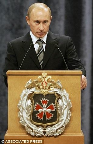 Ông Putin phát biểu tại trụ sở của GRU năm 2006 (Ảnh: AP)