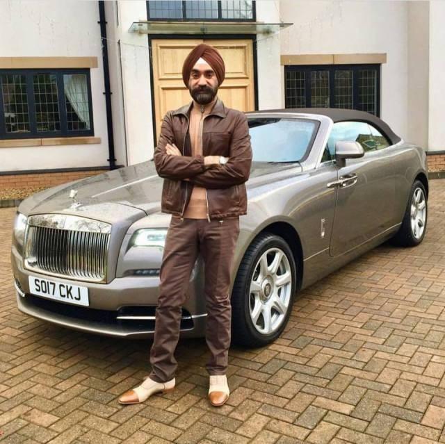 Đại gia Anh gốc Ấn chơi xe Rolls-Royce tiệp màu khăn quấn đầu - 2