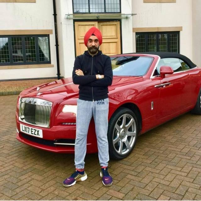 Đại gia Anh gốc Ấn chơi xe Rolls-Royce tiệp màu khăn quấn đầu - 1