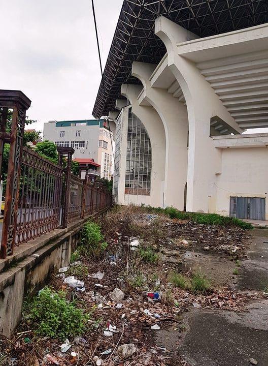 Bên trong bỏ hoang, bên ngoài sân bị biến thành nơi chứa rác thải rất ô nhiễm.