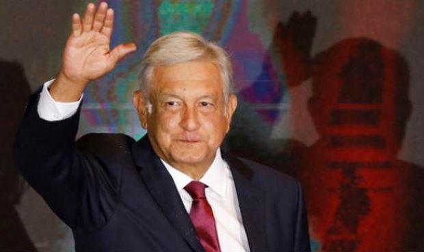 Tổng thống đắc cử Andres Manuel Lopez Obrador vẫy tay chào người ủng hộ sau cuộc bầu cử tại Mexico City ngày 1/7