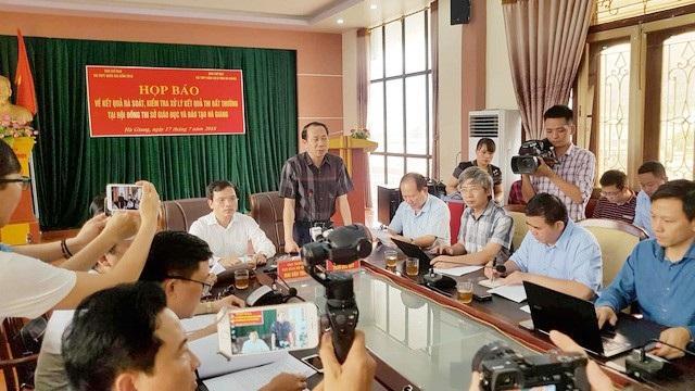 Phó Chủ tịch UBND tỉnh Hà Giang Trần Đức Quý (người đứng phát biểu) nghĩ rằng không có người nhà nào lại làm những việc như chỉ đạo phải đưa con tôi vào trường ĐH nào cả. (ảnh: Kiên Trung)